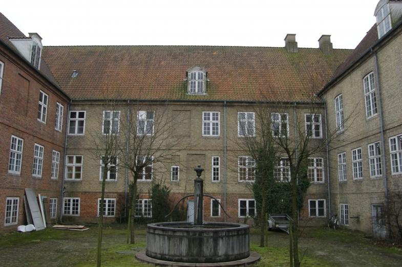 Bagside hovedhus med kviste